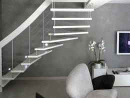 escalier bois blanc suspendu