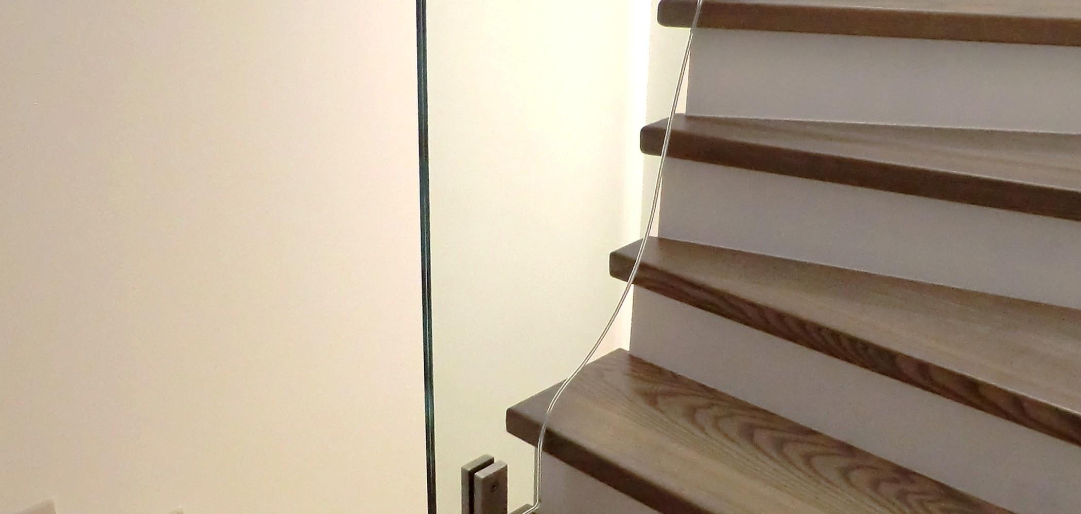 habillage bois sur escalier beton avec garde corps en verre