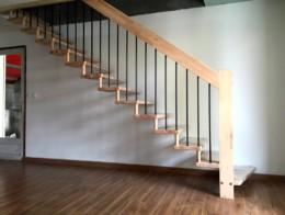 escalier droit suspendu métal et bois