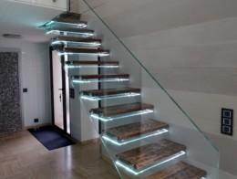 Escalier suspendu rétroéclairé