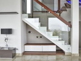 habillage escalier intérieur béton avec garde-corps en verre sur-mesure