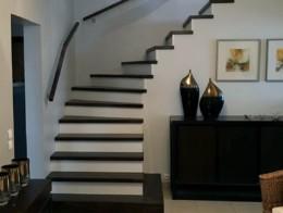 marches en bois teinté sur escalier béton et main courante murale sur mesure