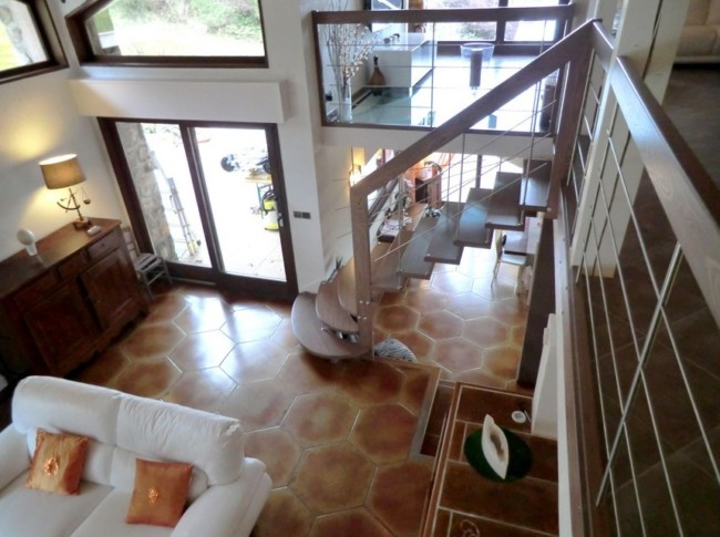 escalier suspendu avec marches de départ arrondies