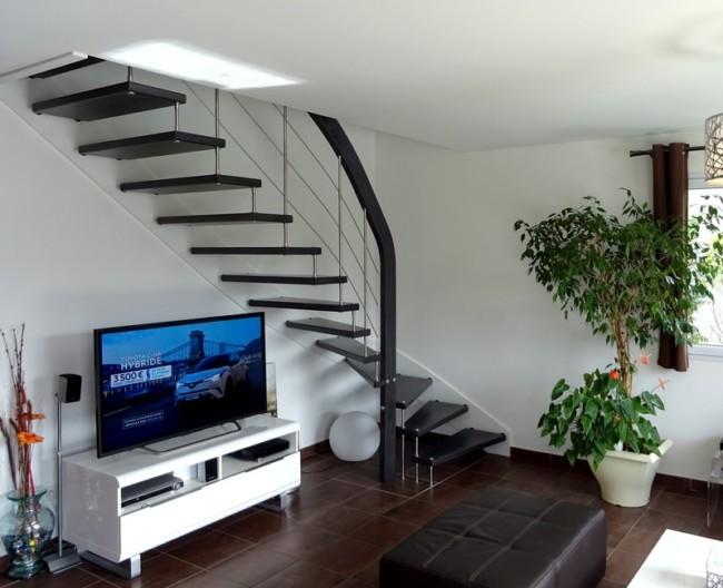 escalier suspendu moderne teinté et inox