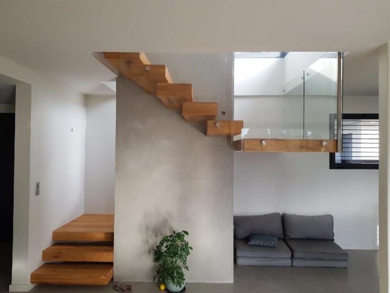 escalier en bois avec marches suspendues