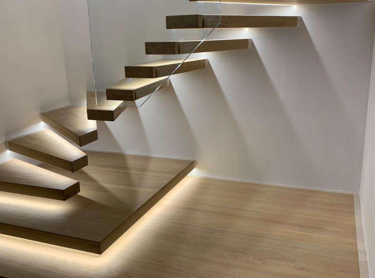 escalier suspendu en verre et bois