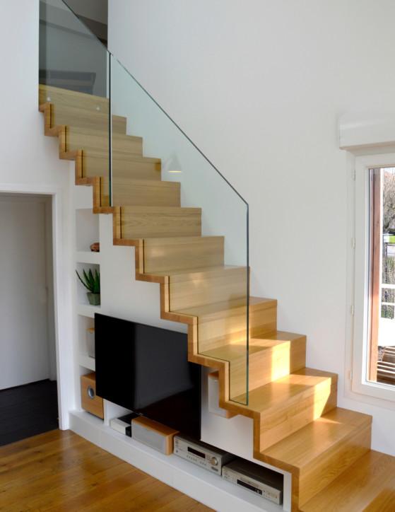 Escalier linea avec garde-corps rampant tout verre